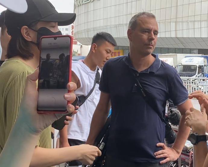 外媒前往河南鄭州採訪暴雨災情時,被幾位民眾當街阻攔。(取材自觀察者網)