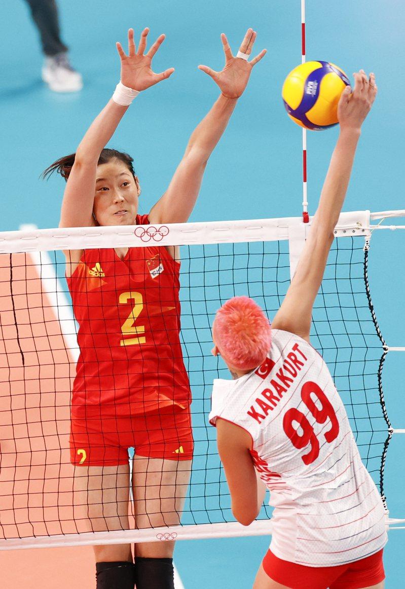 東京奧運會25日舉行女排小組賽,衛冕冠軍中國女排以0:3不敵土耳其隊,無緣開門紅。圖為中國女排朱婷攔網,她的手腕纏著繃帶 (中新社)
