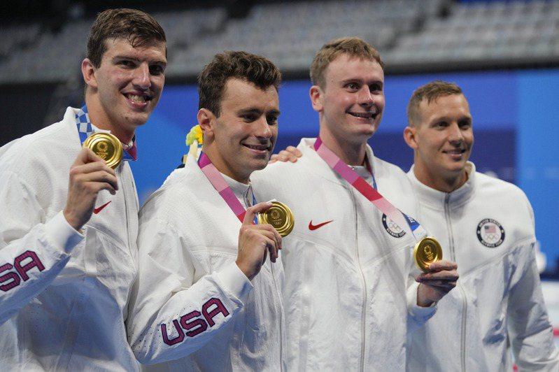「飛魚接班人」德萊賽爾26日率領美國隊在男子4x100自由式接力,在東奧上游出史上第三快的成績,成功奪下金牌。(美聯社)