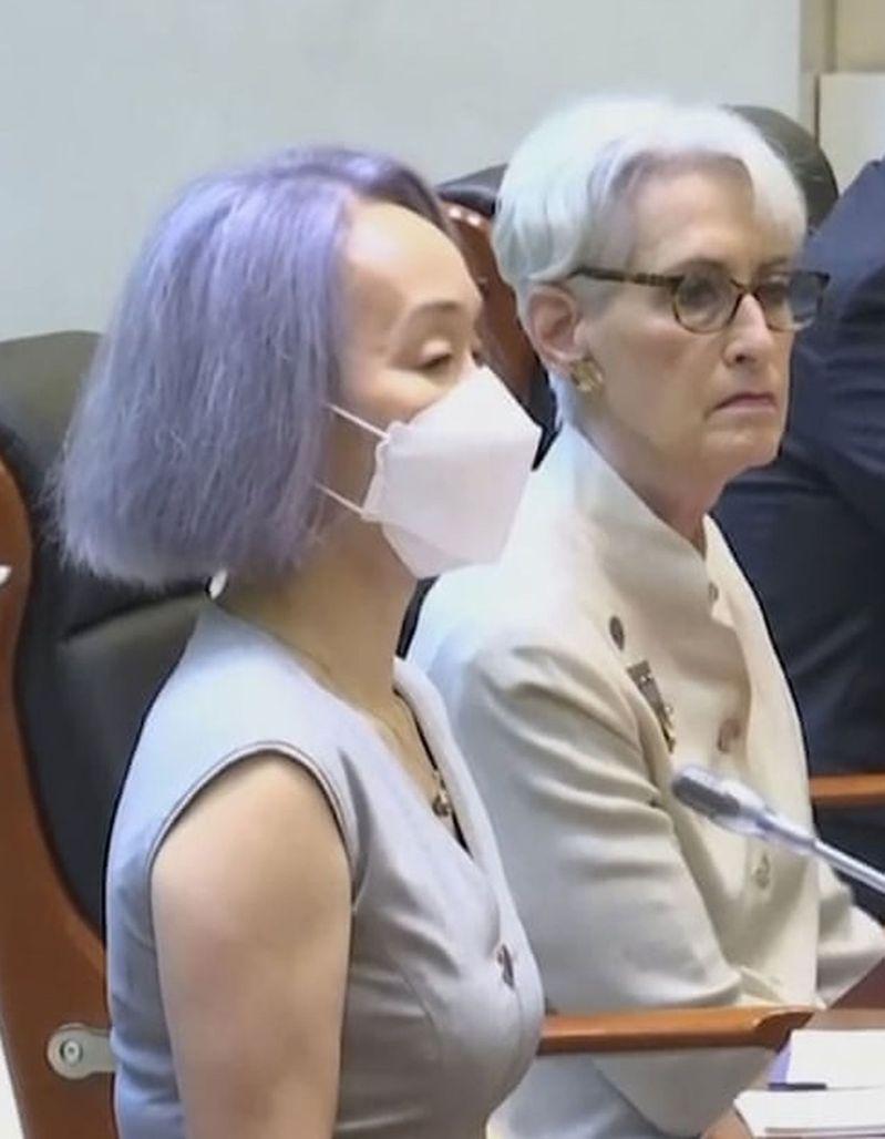 鐘嵐因染紫色頭髮出席外交場合引發關注。(美聯社)