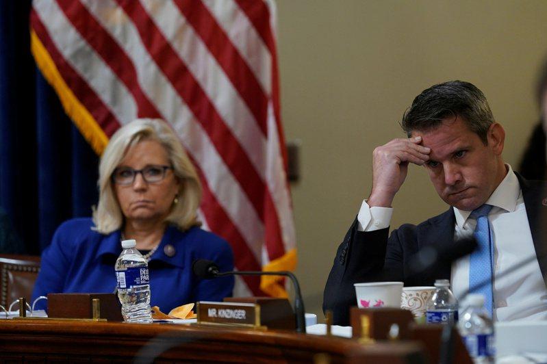 調查1月6日國會暴動的眾院特別委員會27日首次舉行聽證會,共和黨籍眾議員麗茲‧錢尼(左)、金辛格(右)十分引人注目。(路透)
