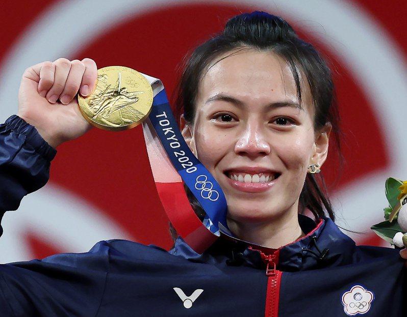 「舉重女神」郭婞淳在東京奧運女子59公斤級比賽奪下金牌,她在拿到獎牌後泛紅了眼眶。 聯合報系資料照片/特派記者余承翰東京攝影