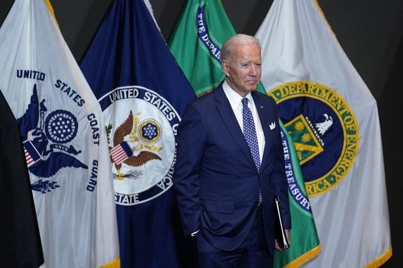 拜登總統27日表示,政府正考慮是否強制所有聯邦雇員都接種疫苗,自己將遵CDC新頒指南,在一切必要室內戴上口罩。圖為拜登總統27日巡視中情局。(美聯社)