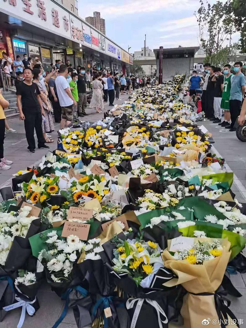 地鐵5號線「720事件」中共有14人遇難,大批市民獻花掉念。(取材自微博)