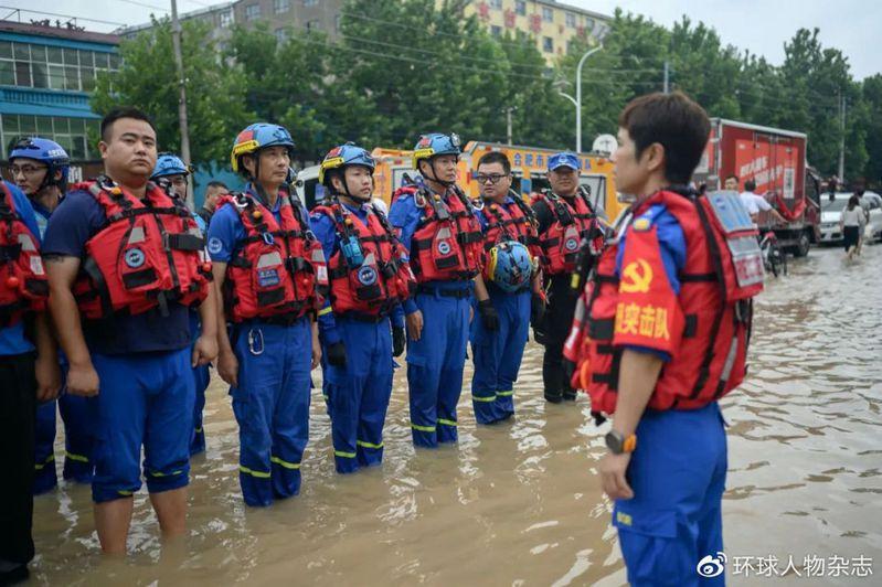救援隊成員來自各行各業,他們在第一時間動員。(取材自環球人物雜誌)