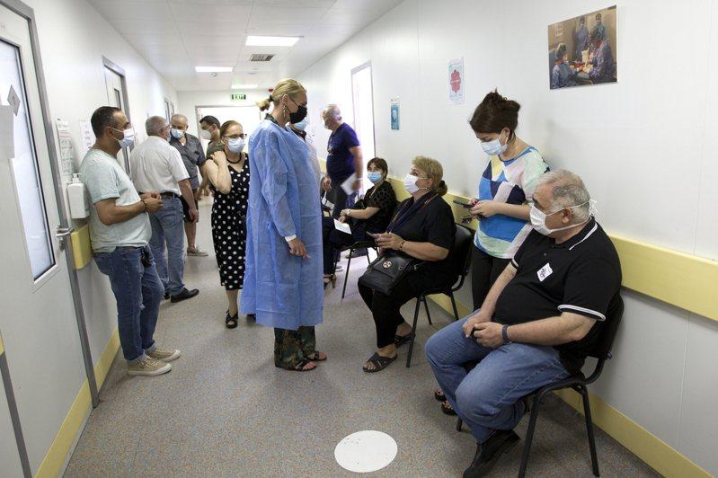 聯邦疾病防治中心(CDC)表示,在罕見情況下,已接種者若感染Delta變種病毒,仍可能將新冠病毒傳給他人。圖為喬治亞州民眾戴著口罩在醫院就醫。(美聯社)
