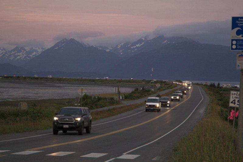 阿拉斯加29日凌晨發生規模8.2強震,政府下令該州南岸居民疏散。圖為霍默岬居民漏夜開車撤離。(美聯社)