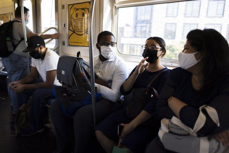 Delta變種新冠病毒正帶來新一波疫情,日前在紐約市皇后區的地鐵車廂裡,大多數乘客都帶著口罩。(歐新社)