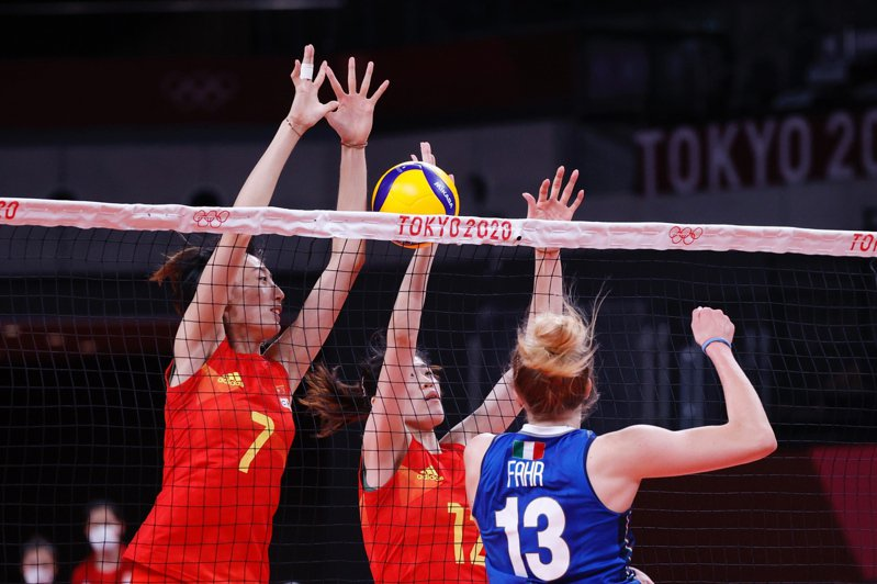 7月31日,在東京奧運會女子排球小組賽中,中國隊以3:0戰勝義大利隊。圖為中國隊球員進行攔網。(中新社)