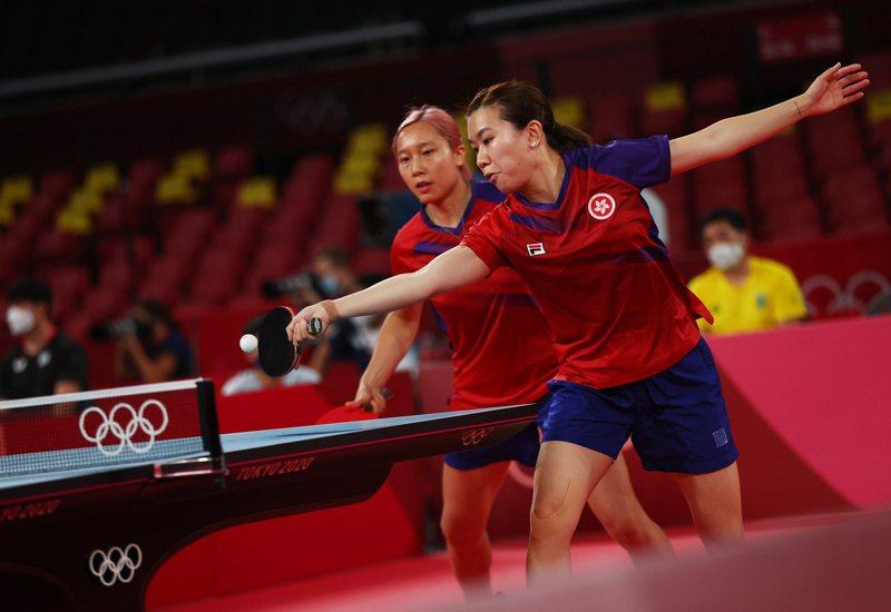 李皓晴(前)與蘇慧音(後)在首場女雙拔頭籌,但前者在女單失準,幸港隊最終仍以場數3:1奠勝,爭入4強。(路透)