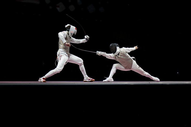 香港男子花劍隊1日出戰東京奧運會團體賽獲得第7名。圖為香港新秀選手吳諾弘(右)1日於團體賽登場。( 路透)