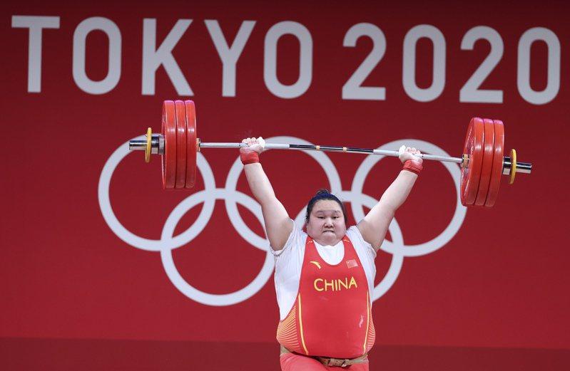 中國選手李雯雯在舉重項目女子87公斤以上級比賽奪得冠軍。(新華社)