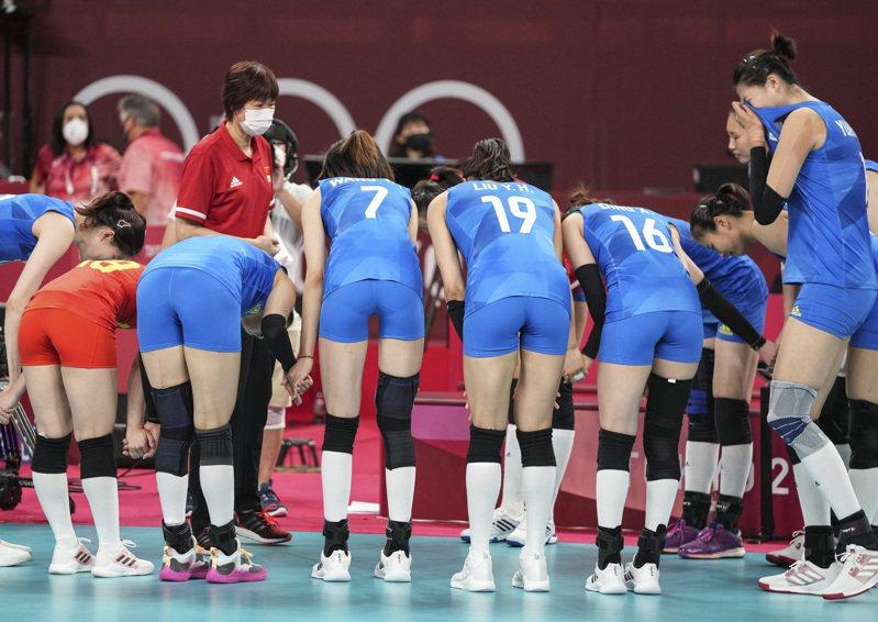 中國女排隊無緣在小組出線。和阿根廷比賽結束後,隊員向郎平鞠躬。  (新華社)