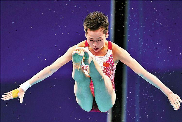 年僅14歲的全紅嬋在東京奧運女子跳水單人10米跳台決賽,總分破世界紀錄。(新華社...
