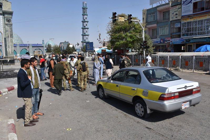 阿富汗多座省府近日成為神學士的進攻目標,北部巴爾赫省首府馬扎里沙里夫6日發生炸彈襲擊,造成1死12傷,保安部隊在場調查。(新華社)