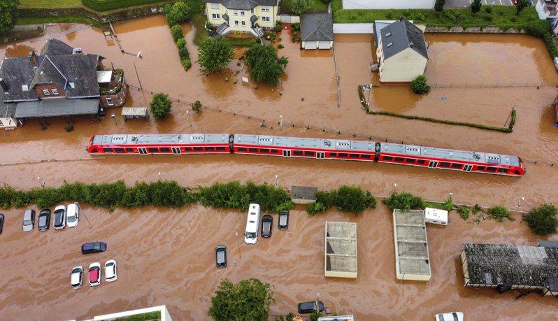 科學家說,由於月球引力導致地球潮汐更高,未來洪患將更為嚴重。圖為德國上月洪澇成災。(美聯社)