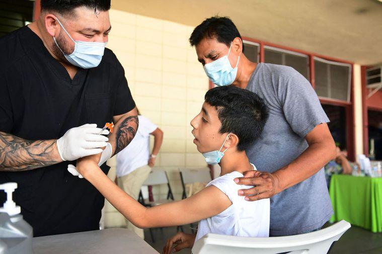 美國疾病管制局(CDC)發現,去年三月起,美國兒童染疫人數穩定成長。示意圖。(美...