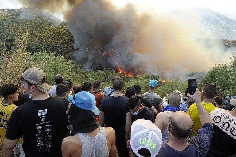 阿爾及利亞發生數十起森林大火,目前已造成至少65人死亡,其中28人是參與救援的軍人。(歐新社)