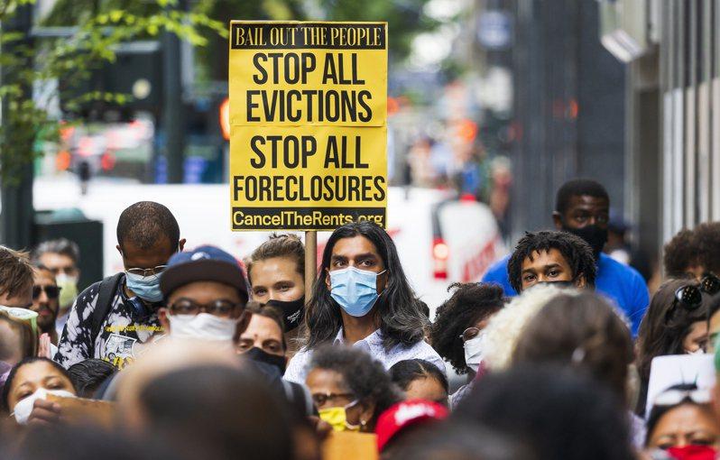 圖為之前紐約居民在紐約州長辦公室外,呼籲延長逼遷令。歐新社