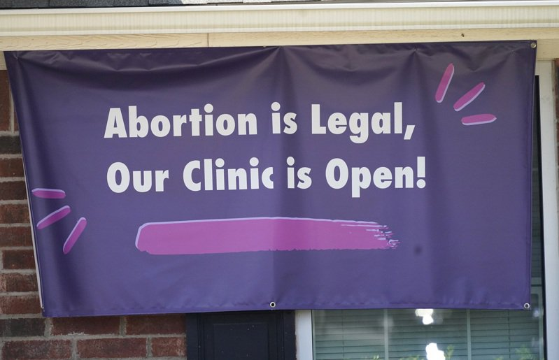 儘管德州的嚴苛禁止墮胎法1日生效,但德州診所標示:墮胎合法,診所照開。(美聯社)
