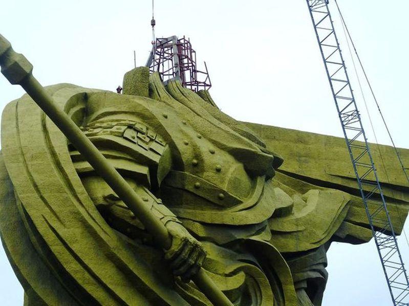 湖北荊州「全球最大關公像」啟動搬移,關公像的頭部已被拆除。(取材自時代周報)