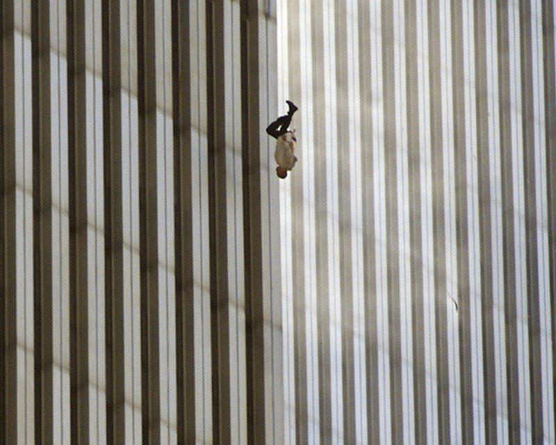 九一一恐怖攻擊發生時,美聯社記者德魯(Richard Drew)抓拍到一名穿著白色襯衫、深色西裝褲的男子,以頭下腳上姿勢從世界貿易中心跳樓瞬間。這張照片被稱為「墜落的男子」。(美聯社)
