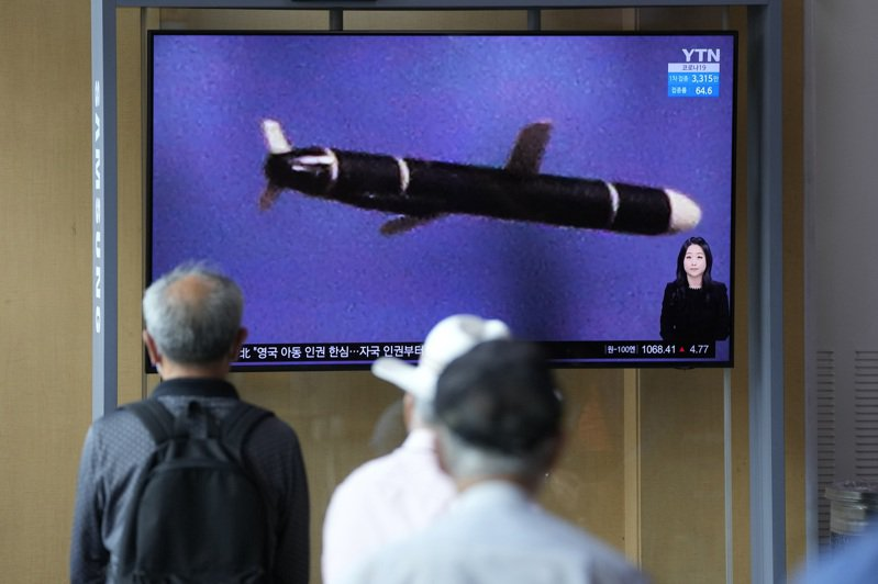 南韓首爾民眾13日觀看新聞報導北韓試射長程巡弋飛彈消息。(美聯社)