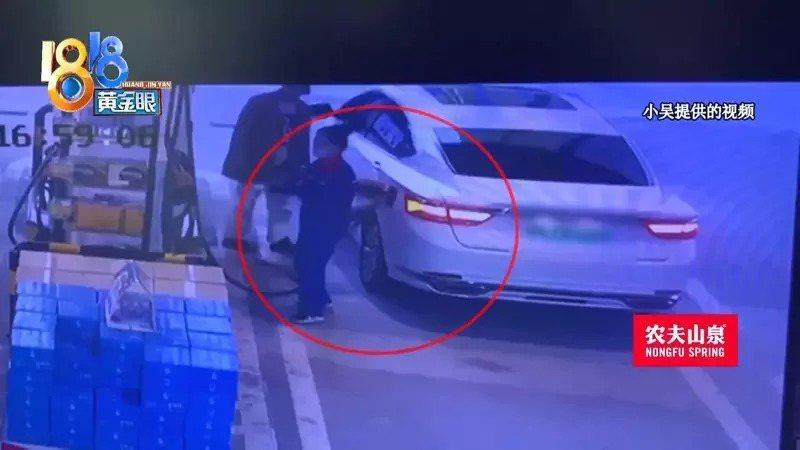 杭州男提供去年的監控畫面,他加油時油槍「彈槍」,汽油弄髒了他衣服和車。(視頻截圖)