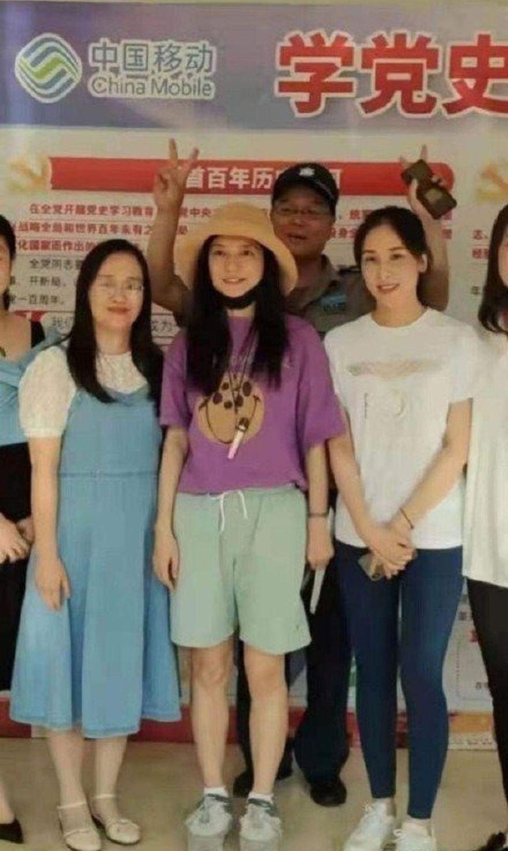 趙薇在封殺風波後首度露臉,現身家鄉安徽蕪湖。(取材自微博)