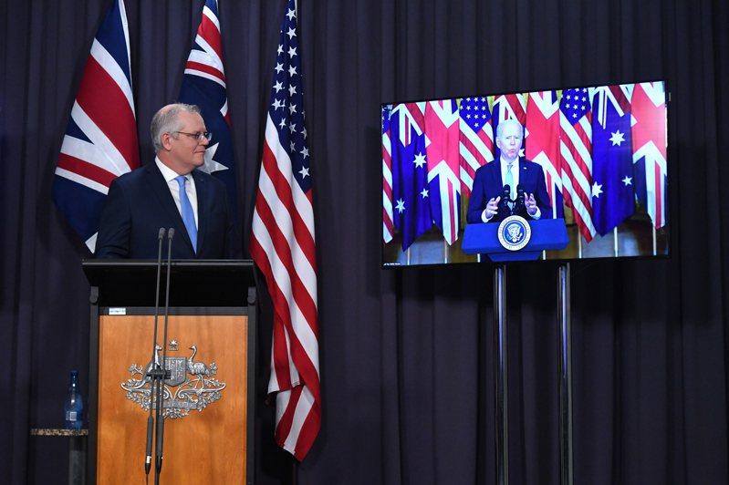 拜登總統(右)與澳洲總理莫里森(左)、英國首相強生透過視訊會議共同宣布,美英澳三國宣布組建新的印太安全聯盟,美英將幫助澳洲裝備核潛艦。(歐新社)