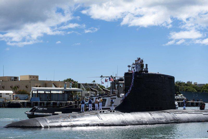 美英澳三國宣布組建新的印太安全聯盟,美英將幫助澳洲裝備核潛艦。圖為美國海軍第七艦隊裝備的維吉尼亞級快速攻擊潛艦USS Illinois號。(美聯社)