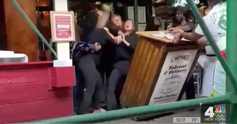 紐約市卡麥餐廳領位員要求顧客出示疫苗接種紀錄,結果遭到圍毆。旁觀者的手機拍下當時經過。(WNBC截圖)