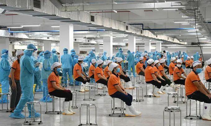 越南疫情緊繃,多個工業園區關閉並對工人進行集中檢測。(取材自觀察者網/越南媒體)