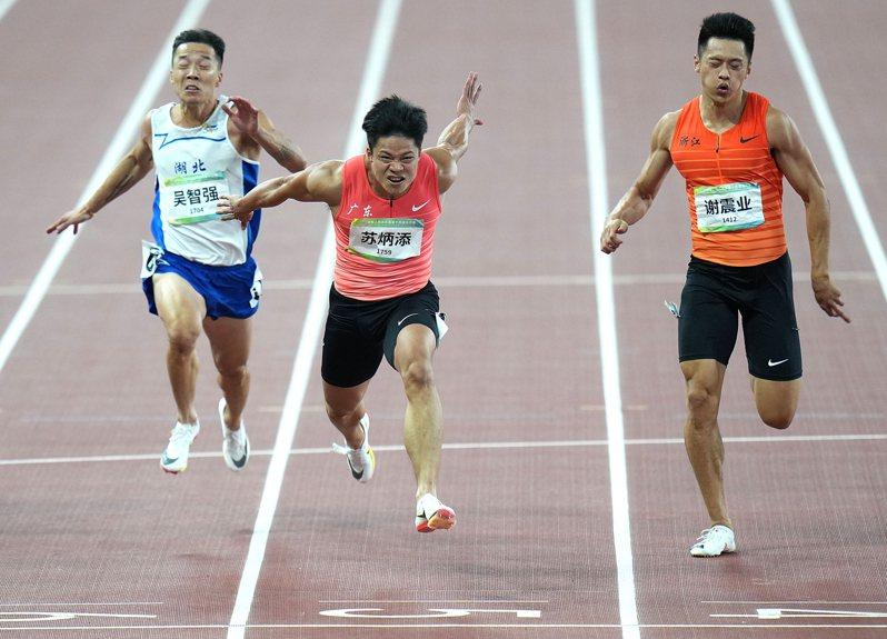 9月21日,廣東隊選手蘇炳添(中)、浙江隊選手謝震業(右)和湖北隊選手吳智強在比賽中衝過終點。蘇炳添以9秒95的成績奪得冠軍。(新華社)