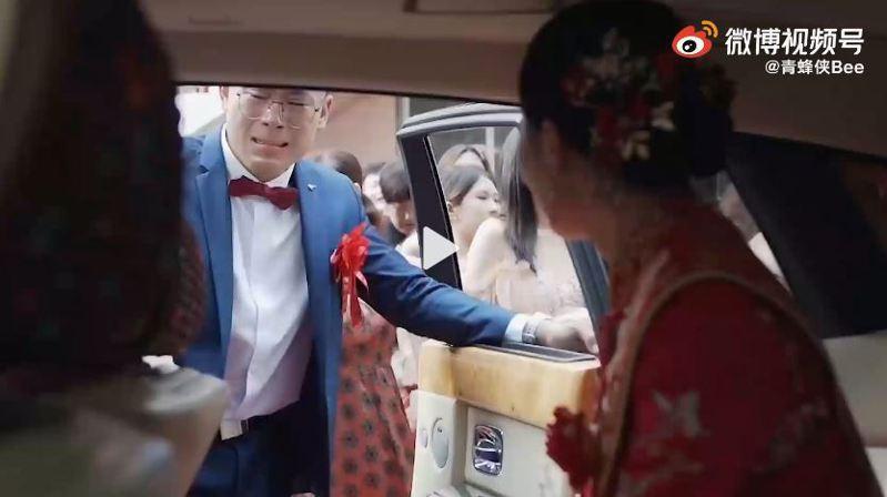 劉先生扶著姊姊出嫁的車門淚崩。圖/影片截圖