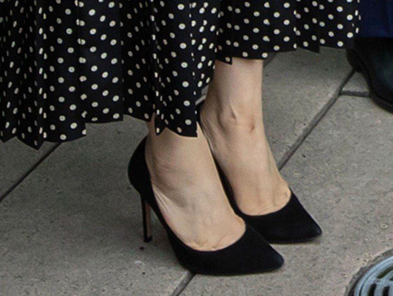 孟晚舟左腳踝內側疑似因長期配戴電子腳鐐,出現一塊暗紅色瘀青。(美聯社)
