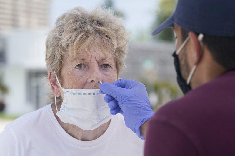 全美65歲以上的人及有免疫疾病的人,都可以開始接種輝瑞的第三劑補強針。CDC強調要按個人風險與益處來接種。圖為佛州75的凱特琳9日接受新冠檢測,準備接受補強針。(美聯社)