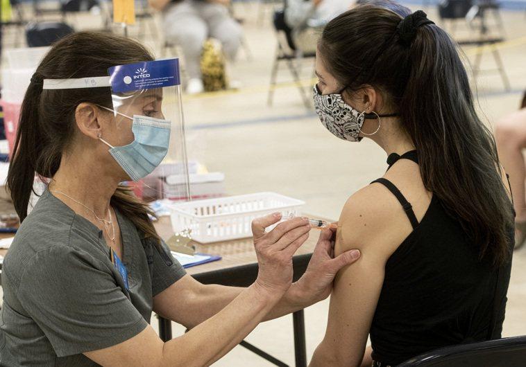 專家說明疫苗效能長短不一的原因。圖為在俄亥俄州立大學學生瑞許今年4月接種疫苗。(...