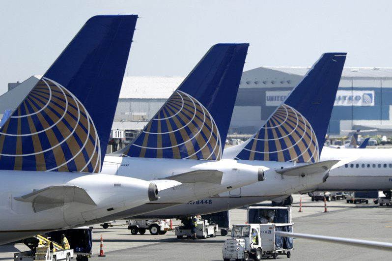 川普總統推文支持對航空公司單獨援助和其他紓困措施,引發股指大漲,投資人預期國會可能通過一個較小的援助方案。圖為聯合航空上漲4.3%。美聯社