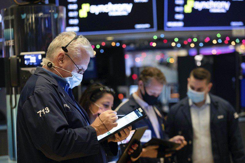 道琼工业平均指数和史坦普尔500指数在创新高纪录后下跌,因交易员担心新冠病毒病例增加,并等待更多额外财政援助。美联社(photo:UDN)