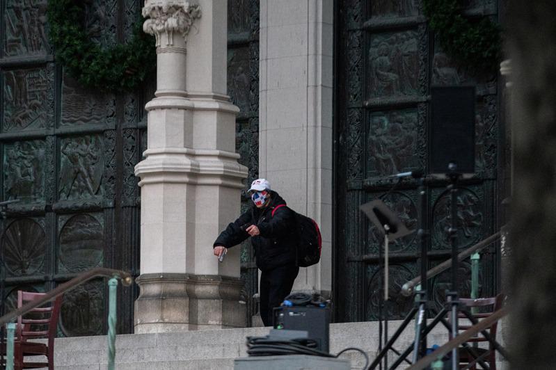 身携一本圣经、一桶汽油,曼哈顿教堂枪手曾被控谋杀未遂。(路透)(photo:UDN)