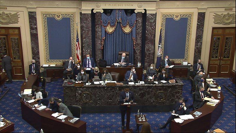 联邦参议院10日继续川普弹劾案议程,开始两造弹劾辩论,图为民主党众议员尼格斯(中)发言。(美联社)(photo:UDN)