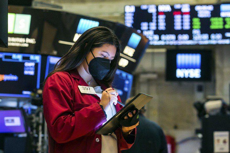由於疫苗帶來的樂觀情緒,與經濟重新開放有關的股票跳升,加上科技股由上周的大跌反彈,美股全面大漲。美聯社