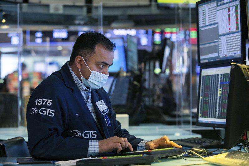 因聯準會主席鮑爾無法向投資人保證將繼續抑制債券殖利率和通膨預期,股指大幅下跌。(美聯社)