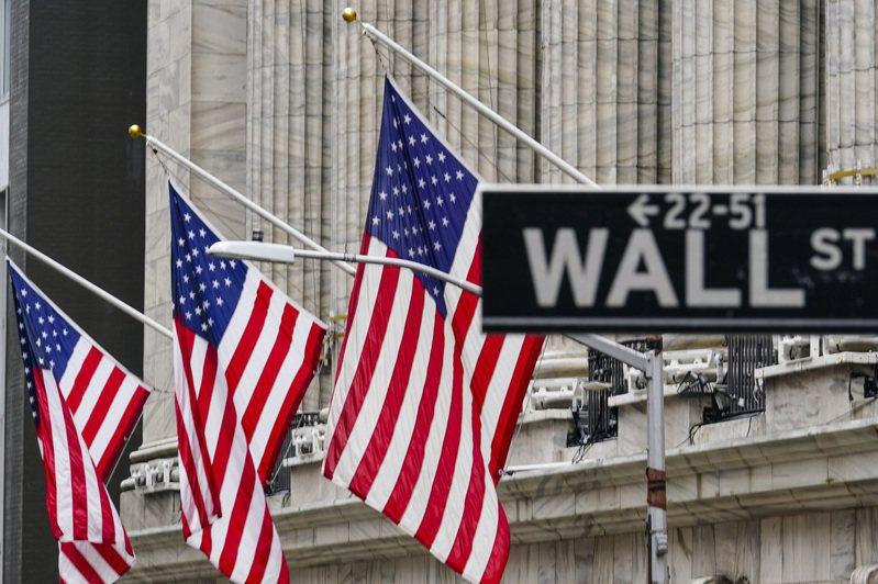 隨著科技股回升,美股升至紀錄新高,而額外財政紓困法案的簽署也進一步提振了人氣。美聯社