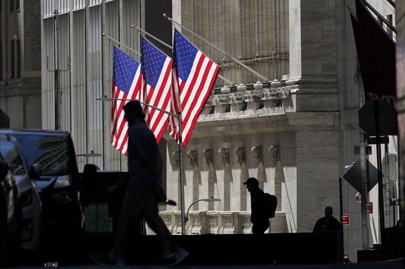 聯準會(Fed)宣示2023年前不會升息,美股收復早盤跌幅,收盤上漲。(美聯社)