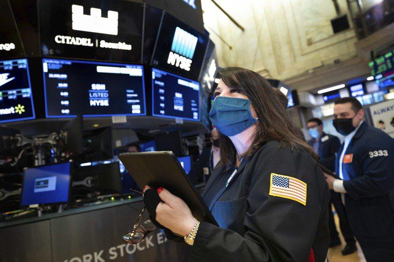 股市收漲,因為債券殖利率下降,投資人紛紛湧向成長型類股,帶動科技股走高。美聯社