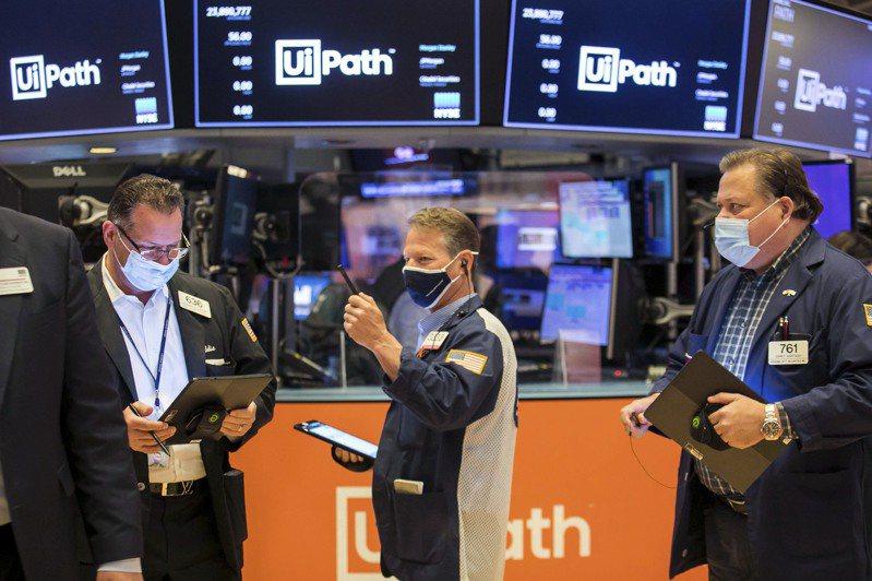 華爾街連兩日下跌,因為重新開放類股領跌,同時人們再度擔心全球新冠病例案件增加。(美聯社)