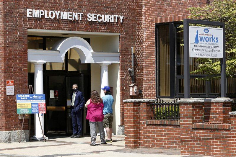 最新的失業救濟金申請數達到新冠疫情以來新低,也提振了市場人氣。(美聯社)