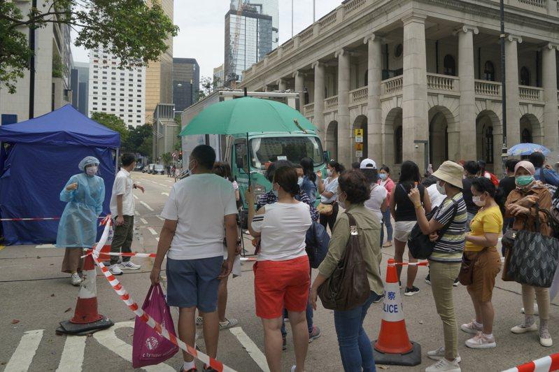 香港的移工排隊施打疫苗。(美聯社)